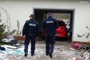 Policjanci i odnaleziony samochód