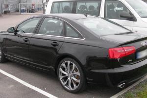 Audi A6 na parkingu