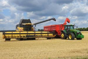 latem złodzieje kradną maszyny rolnicze
