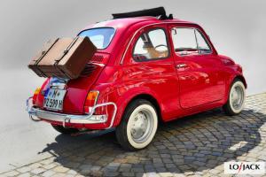 Czerwone auto z walizką